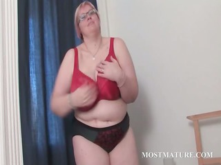 mature bbw into glasses works her huge chest in