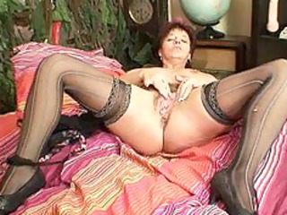 mature amateur lady squeezing her pussy muscles