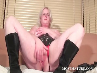 solo act with mature rubbing vagina