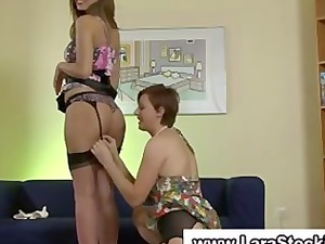 dike babe into nylons plays with her pussy inside